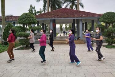 """Một buổi tập luyện của các chị em Nhóm """"Sức khỏe là số một""""."""