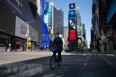 Người dân đeo khẩu trang để phòng tránh lây nhiễm COVID-19 tại New York, Mỹ, ngày 26/3/2020.