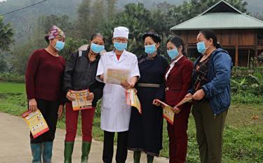 Cán bộ Trạm Y tế xã Việt Hồng, huyện Trấn Yên hướng dẫn người dân thôn Bản Vần các biện pháp phòng dịch. Ảnh Minh Huyền