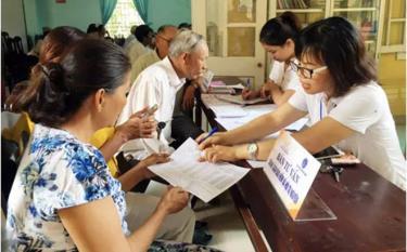 Nhân viên Bưu điện Thừa thiên - Huế chi trả lương hưu cho người về hưu