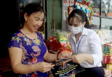 Cán bộ Công ty Điện lực Yên Bái tuyên truyền về chiến dịch Giờ Trái đất và cách sử dụng điện an toàn, tiết kiệm tới người dân.