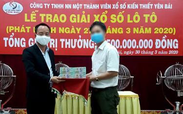 Ông Nguyễn Duy Tuyên - Chủ tịch kiêm Giám đốc công ty trao số tiền 2,5 tỷ đồng cho khách hàng may mắn trúng thưởng.