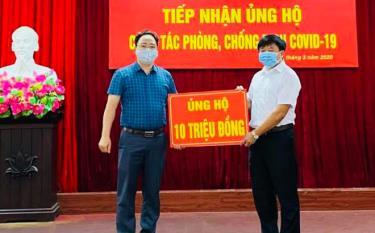 Lãnh đạo Hội Nông dân tỉnh trao kinh phí ủng hộ.