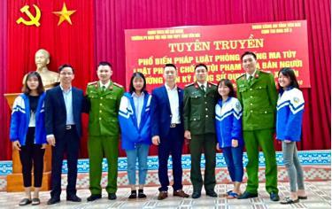 Cán bộ Đoàn Thanh niên Công an tỉnh và học sinh Trường Phổ thông Dân tộc nội trú Trung học phổ thông tỉnh trong một buổi tuyên truyền, phổ biến pháp luật PCMT.