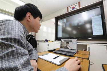 Học sinh Hàn Quốc bắt đầu học kỳ mới với phương pháp học online từ ngày 9/4.