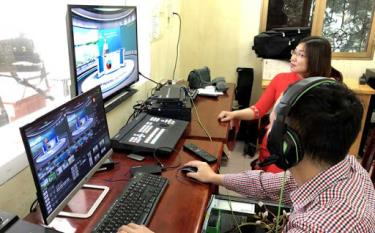 Sở Giáo dục- Đào tạo phối hợp với Cổng Thông tin điện tử tỉnh Yên Bái thực hiện chương trình dạy học qua hệ thống video bài giảng được xây dựng cho học sinh khối 9 và khối 12. (Ảnh: Thanh Chi)