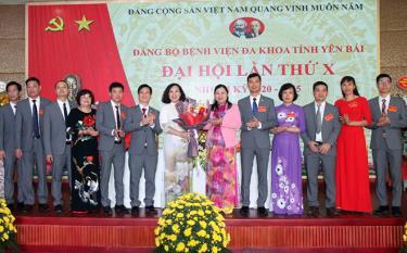 Ban Chấp hành Đảng bộ Bệnh viện Đa khoa tỉnh Yên Bái khóa X, nhiệm kỳ 2020 - 2025 ra mắt Đại hội.