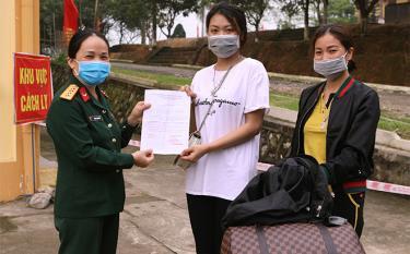 Sau 14 ngày cách ly, điều trị chị V.H.L ở phường Nguyễn Phúc, thành phố Yên Bái cảm động chia tay cán bộ, nhân viên y tế trở về nhà.