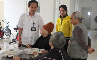 Giám đốc Trung tâm Công tác xã hội và Bảo trợ xã hội tỉnh Phạm Công Quyết thăm hỏi người cao tuổi đang được nuôi dưỡng tại Trung tâm.