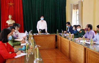 Đồng chí Vũ Xuân Sáng - Uỷ viên Ban Thường vụ Tỉnh uỷ, Giám đốc Sở Ngoại vụ phát biểu tại buổi làm việc với xã Púng Luông
