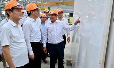 Đoàn công tác tỉnh Vân Nam cùng các lãnh đạo tỉnh và huyện Yên Bình tham quan hoạt động sản xuất của Công ty TNHH Một thành viên Đá trắng Bảo Lai. Ảnh Đức Toàn