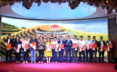 Leaders of Yen Bai province grant investment intention certificates to investors in February 2020.