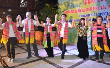 A cultural exchange programme between Val de Marne department of France and Yen Bai province in Nghia Lo town.