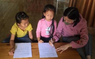 A teacher at Phuc Son primary school sends homework to students at home and gives tutorship to those with weak capacity.