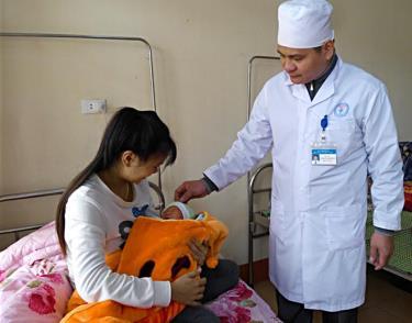 Cán bộ Trung tâm Y tế huyện Yên Bình tận tình hướng dẫn, chăm sóc sức khỏe bệnh nhân.