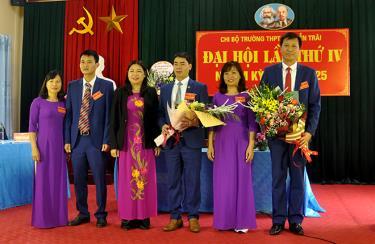 Đồng chí Hoàng Thị Vĩnh - Bí thư Thị ủy Nghĩa Lộ tặng hoa chúc mừng Ban Chi ủy Chị Bộ nhà trường khóa IV, nhiệm kỳ 2020 - 2025.