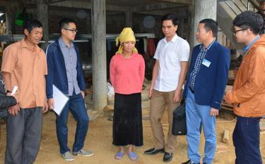 Cán bộ Phòng Lao động - Thương binh và Xã hội huyện Trạm Tấu và xã Hát Lừu thăm hỏi, động viên gia đình chị Lò Thị Sơn ở thôn Hát 2 phấn đấu thoát nghèo trong năm nay.