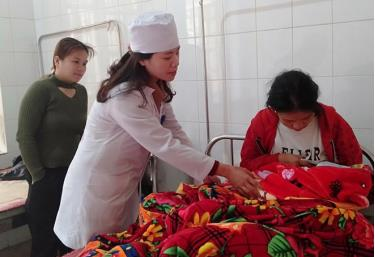 Điều dưỡng Đinh Diệu Thúy luôn tận tình chăm sóc bệnh nhân.