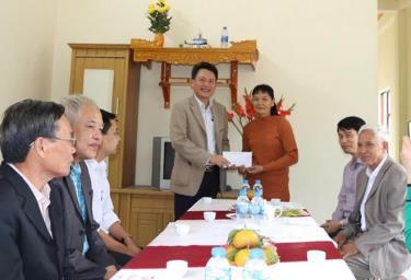 Lãnh đạo phường Yên Ninh trao kinh phí hỗ trợ cho gia đình bà Đỗ Thị Hương.