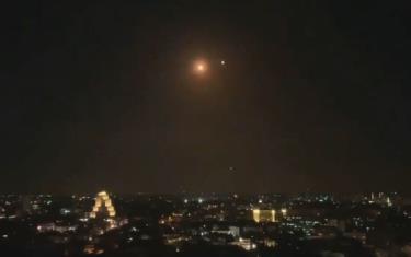 Tên lửa phòng không Syria bắn hạ thành công các tên lửa được cho là của Israel nhắm vào thủ đô Damascus tối 28-2 - Ảnh chụp màn hình