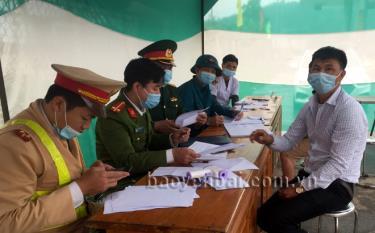 Cơ quan chức năng lập biên bản xử phạt tài xế Nguyễn Văn Hiện