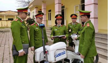 Đồng chí Lâm Thị Vân Khanh - Trưởng Công an xã Tuy Lộc triển khai nhiệm vụ tuần tra cho cán bộ, chiến sĩ.