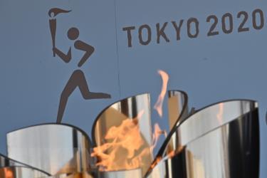 Biểu tượng ngọn đuốc Olympic Tokyo 2020 được trưng bày tại khu công viên thủy sinh Aquamarine Fukushima ở Iwaki, tỉnh Fukushima ngày 25/3/2020.