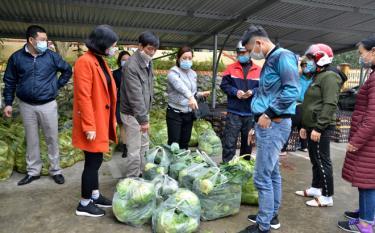 Các đơn vị, người dân trên địa bàn thành phố Yên Bái ủng hộ việc tiêu thụ sản phẩm cho tỉnh Hải Dương.