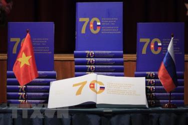Cuốn sách gồm hơn 700 hình ảnh và tư liệu được sắp xếp theo các sự kiện đối ngoại và hoạt động hợp tác trong các lĩnh vực: chính trị, kinh tế, quốc phòng-an ninh, văn hóa, giáo dục, khoa học, ngoại giao nhân dân.