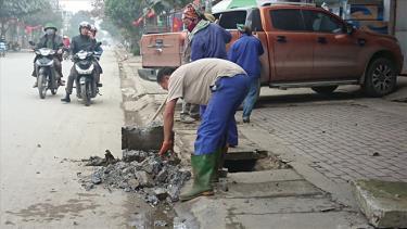 Công nhân Ban quản lý dự án đường bộ 2 đã tiến hành sửa chữa lại các nắp cống bị hư hỏng tại tuyến đường Ngô Minh Loan.