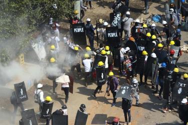 Cảnh sát chống bạo động bắn hơi cay giải tán người biểu tình tại thị trấn Tharkata, ngoại ô TP Yangon - Myanmar hôm 6-3.