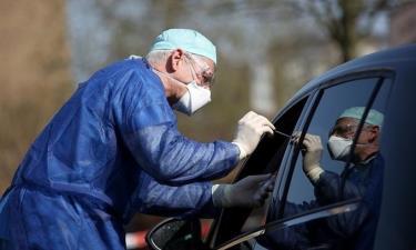 Bác sĩ lấy mẫu xét nghiệm Covid-19 qua cửa sổ xe hơi tại Halle, phía đông Đức, hồi tháng ba năm ngoái.