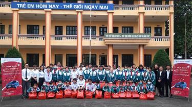 Hyundai Yên Bái tặng quà cho các em học sinh khuyết tật, học sinh khó khăn Trường THCS Quang Trung