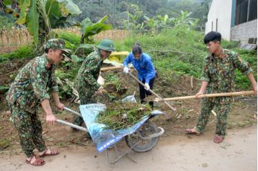 Đoàn viên, thanh niên Đoàn cơ sở phòng tham mưu Bộ CHQS tỉnh Yên Bái tham gia cùng nhân dân tu sửa, dọn dẹp tuyến đường giao thông nông thôn.