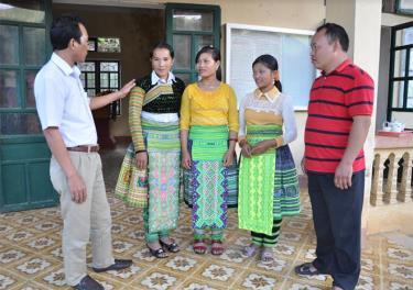 Lãnh đạo huyện Trạm Tấu trao đổi với đảng viên xã Xà Hồ về công tác cán bộ.