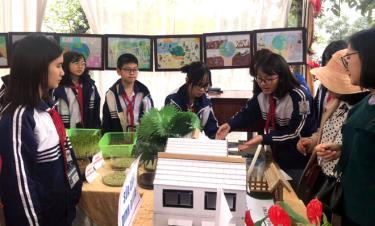 Các em học sinh Trường THCS Lê Hồng Phong, thành phố Yên Bái giới thiệu sản phẩm
