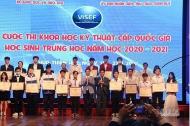 Vụ trưởng Vụ Giáo dục Trung học thuộc Bộ Giaos dục và Đào Tạo Nguyễn Xuân Thành và Phó Chủ tịch UBND tỉnh Thừa Thiên-Huế Nguyễn Thanh Bình trao bằng khen cho 12 dự án giành giải Nhất Cuộc thi Khoa học kỹ thuật cấp quốc gia năm học 2020-2021.