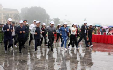 "Provincial leaders and local people run in response to the campaign ""All people do exercises following the example of great Uncle Ho"" during 2021-2030 and the Olympic Day Run for Public Health in 2021."
