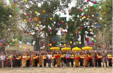 Các đại biểu làm lễ cắt băng khánh thành chùa Ngọc Bích