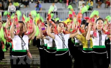 Màn trình diễn nghệ thuật Xòe Thái với sự tham gia của 2020 nghệ nhân và diễn viên quần chúng.