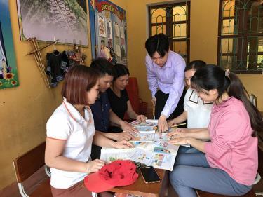 Các thầy cô giáo ở Trường PTDT bán trú Xà Hồ trao đổi về nội dung sách giáo khoa mới.