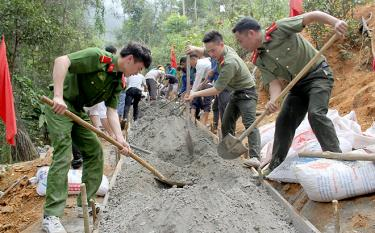 Young people in Tram Tau join a groundbreaking ceremony for a road leading to school for students in Cang Dong village of Pa Hu commune./.