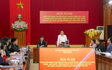 A representative of the Office of the provincial People's Committee speaks at the conference.