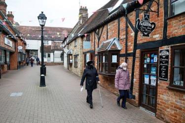 Đường phố ở Anh vắng vẻ, các cửa hàng bị đóng cửa do Covid-19.