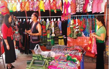 Một cửa hàng bán trang phục truyền thống các dân tộc tại thị xã Nghĩa Lộ.