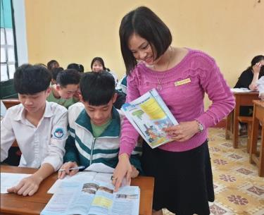 Cô giáo Đoàn Thị Nhung - Trường THPT Hồng Quang ôn luyện cho học sinh lớp 12.