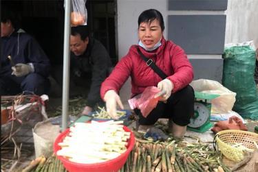 Măng sặt được bày bán tại chợ Yên Ninh, thành phố Yên Bái.