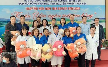 Ngoài thực hiện tốt y đức, nhiệm vụ chuyên môn, cán bộ y tế của Trung tâm hăng hái tham gia hiến máu tình nguyện vì cộng đồng.