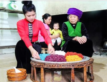 Các thiếu nữ Thái được các bậc cao niên hướng dẫn làm xôi ngũ sắc.