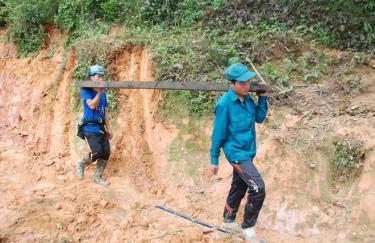 Các chiến sĩ dân quân huyện Mù Cang Chải giúp dân khắc phục hậu quả thiên tai.